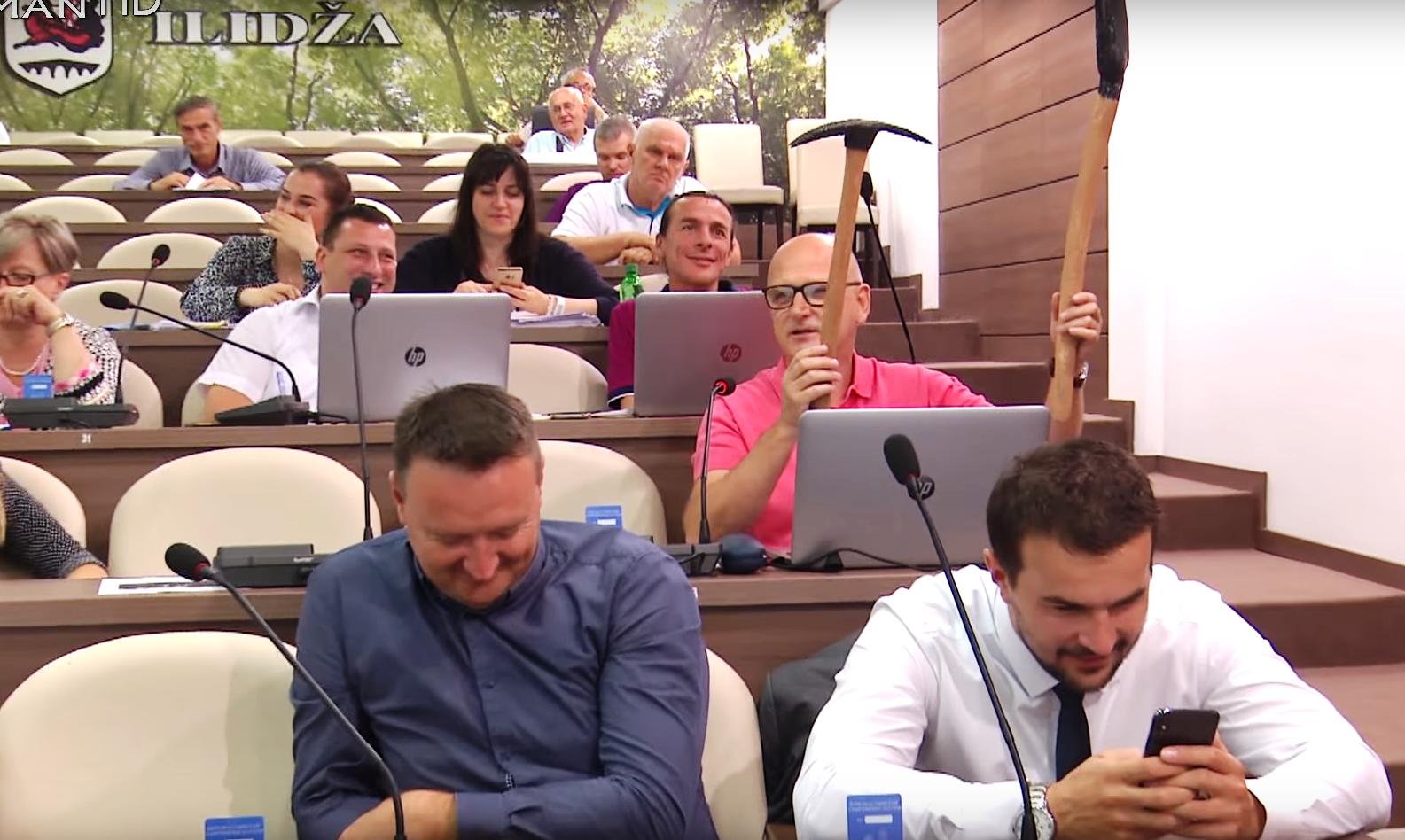 Vijećnik DF-a Nedžad Tinjak poklonio krampu i lopatu načelniku Ilidže Memiću